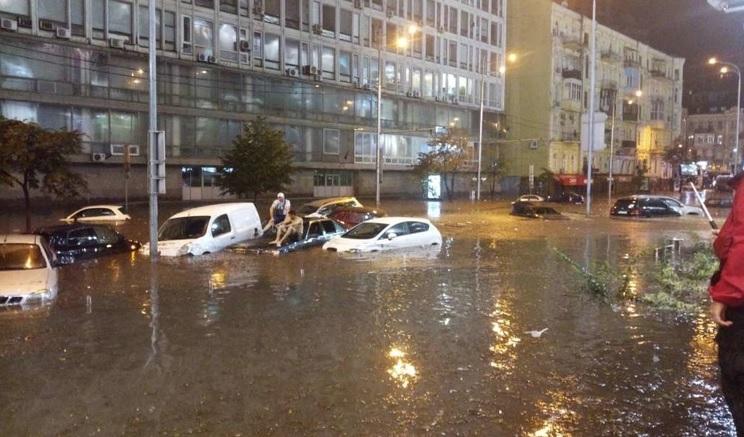 Ці недільні кадри облетіли всю Україну…Київ поплив… Автомобілі тонуть прямо на вулиці (Відео+фото)