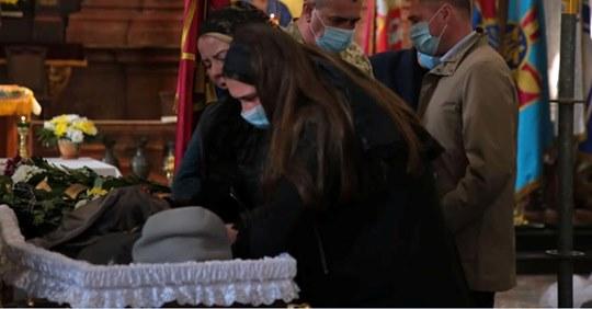 """""""Люблю тебе більше за життя"""": гірко плакала дружина, тримаючи коханого за руку в останнє. Провели в останню дорогу сина України. фото"""