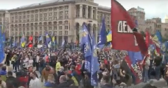 Просто зараз! На Майдані тисячі людей. Дивіться що там робиться (ВІДЕО)