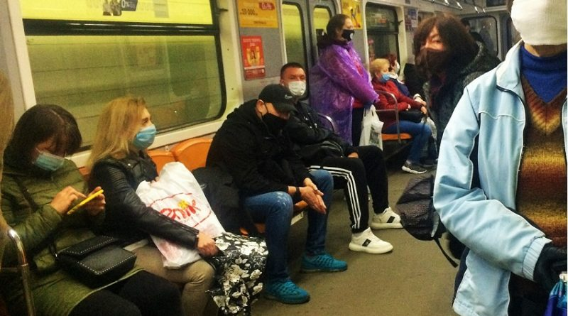Заходжу в метро, сідаю, поруч сідає чоловік, плюс-мінус мій однолітка, зсуває маску на підборіддя, шумно видихає і починає…