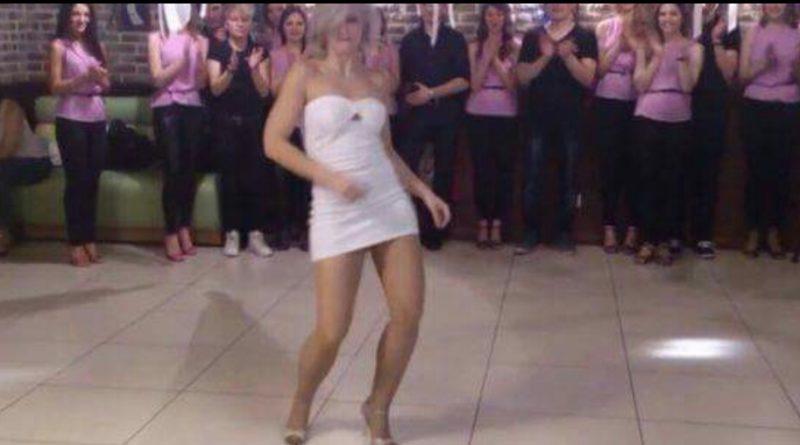Ця блондинка рухається так, що жоден чоловік не може відвести від неї погляд! (ВІДЕО)