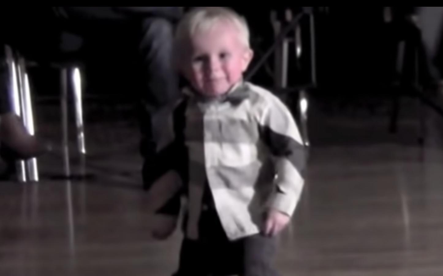 43 мільйони переглядів. зібрав на сайті!!! 2-х річний танцюрист подкорює інтернет… Відео