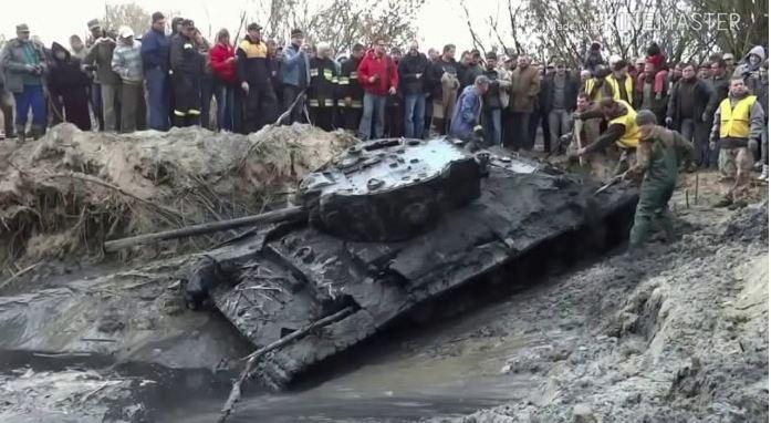 В лісах Полісся хлопці знайшли в землі танк. П0дuвіться, що було всередині