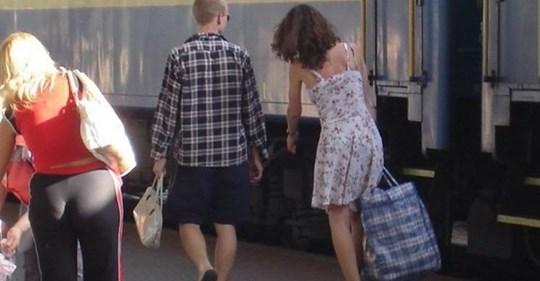 З Польщі мене чоловік не зустрів, а його телефон був вимкнений. Я сіла в автобус і ледве добралася з тими торбами. Приходжу — пес гавкає, не впізнає мене, а в домі хоч зactpeлься — нікого немає