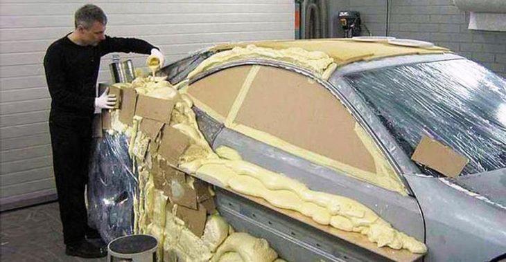 Хитрий водій покрив машину товстим шаром будівельної піни. Тепер йому завидують всі…