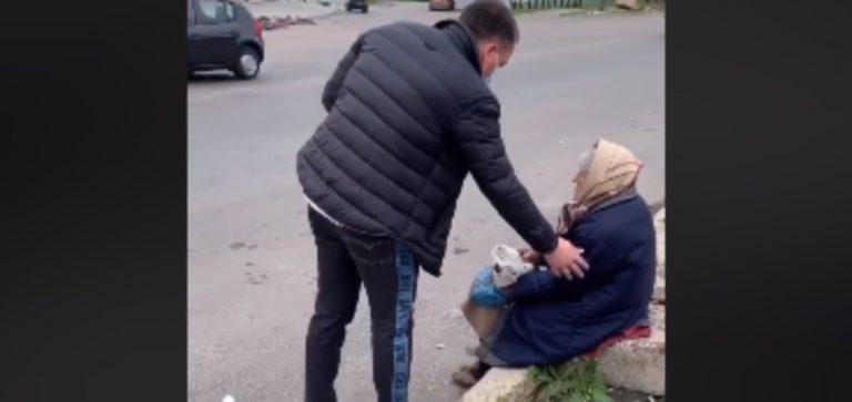 """Відео. """"Сьогодні ішов з пекарні і побачив таку ситуацію. Сидить бабуся при дорозі, їй 93 роки"""""""
