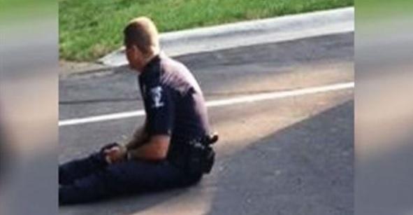 Фотографія цього офіцера дуже швидко розлетілася мережею! У чому ж причина? Погляньте на ліву частину фото!
