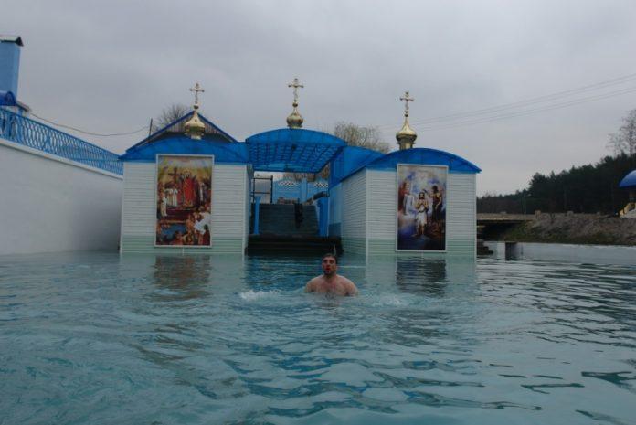ДИВО України! Порятунок в джерелі – тут пробилися цілющі води, які зцілюють хворих. Вода влітку і взимку має температуру плюс 7 градусів