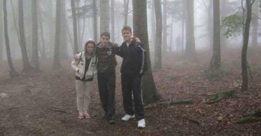 Підлітки зробили фото в лісі, а після перегляду знімка вони виявили дещо, що за ними стежить…