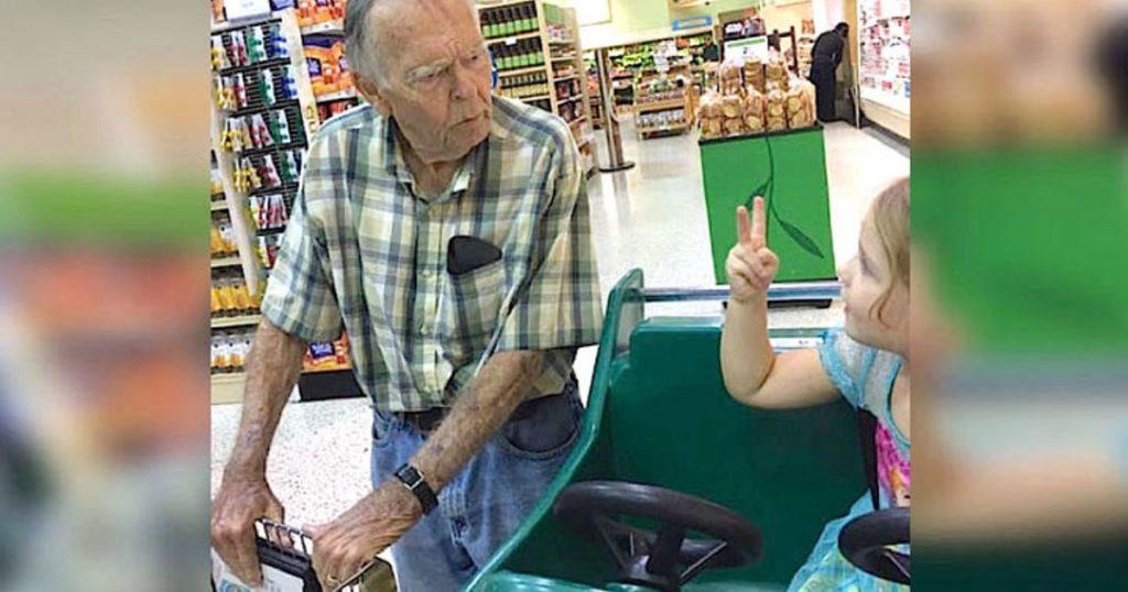 4-річна дівчинка покликала його в магазині «Привіт, старий!» … Відповідь дідуся зворушує до глибини душі …