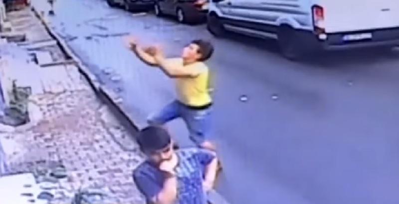Дивовижні кадри! Юнак врятував дівчинку яка випала з вікна висотки (ВІДЕО)