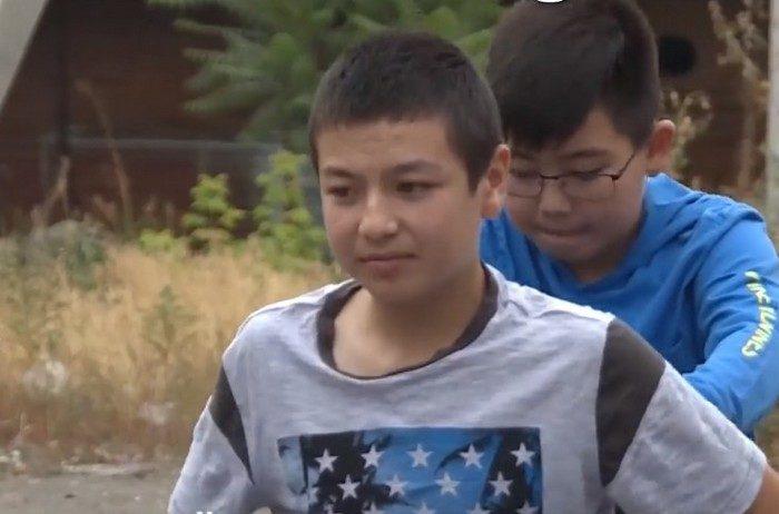 Хлопчик зібрав гроші на лікування хворого друга і полетів на інший континент, щоб підтримати його