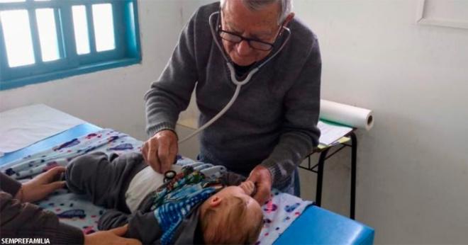 """""""Буду працювати, поки зможу"""": 92-річний педіатр безкоштовно ходить до бідних дітям"""