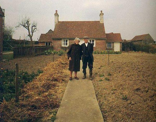 Дідусь з Бабусею Щороку Робили Фото На Фоні Свого дому. 0станній Кадр Розриває Душу
