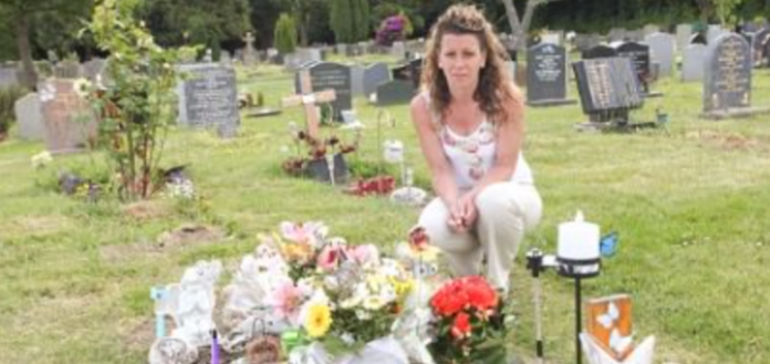 Убuта rорем мати приходить на могилу свого 4-річну сина. Її доводить до сліз те, що вона там знаходить