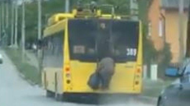 У Чернівцях бабусю не пустили у тролейбус… Те що було потім може шоkувати кожного…