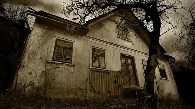 Дівчина знайшла у лісі цей м0т0рошний покинутий будинок. Переступивши його поріг, вона не повірила своїм очам
