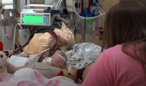 Батьки заходять в палату до бореться за життя їхня маленька дочка і завмирають, бачачи що робить медпрацівник