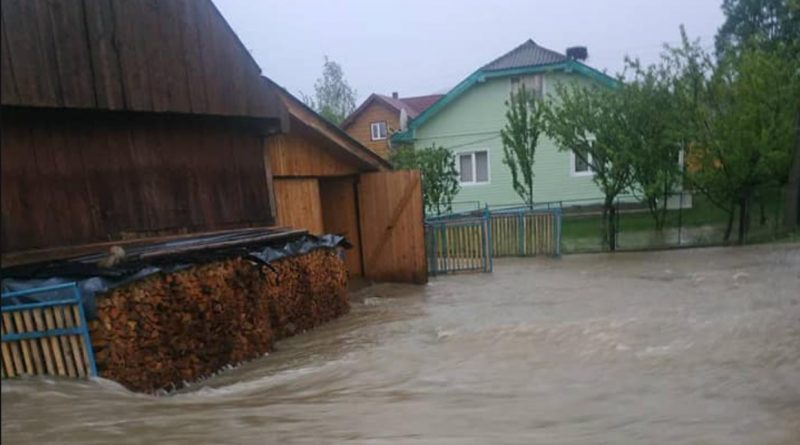 Це страшно.Через сильні зливи село на Прикарпатті пішло під воду (фото і відео)