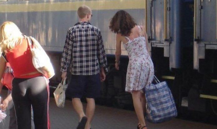 З Польщі мене чоловік не зустрів, а його телефон був вимкнений. Я сіла в автобус і ледве добралася з тими торбами. Приходжу — пес гавкає, не впізнає мене, а в домі хоч 3actpeлься — нікого немає