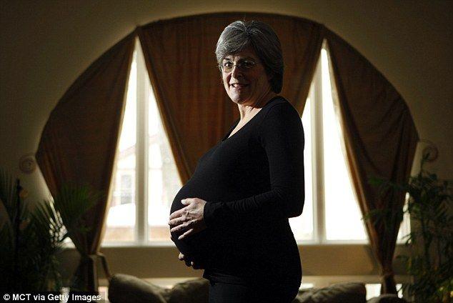 «Так вона 60жев1льна!» Ця жінка завагітніла в 61 рік, але багато хто вважав її вчинок нормальним