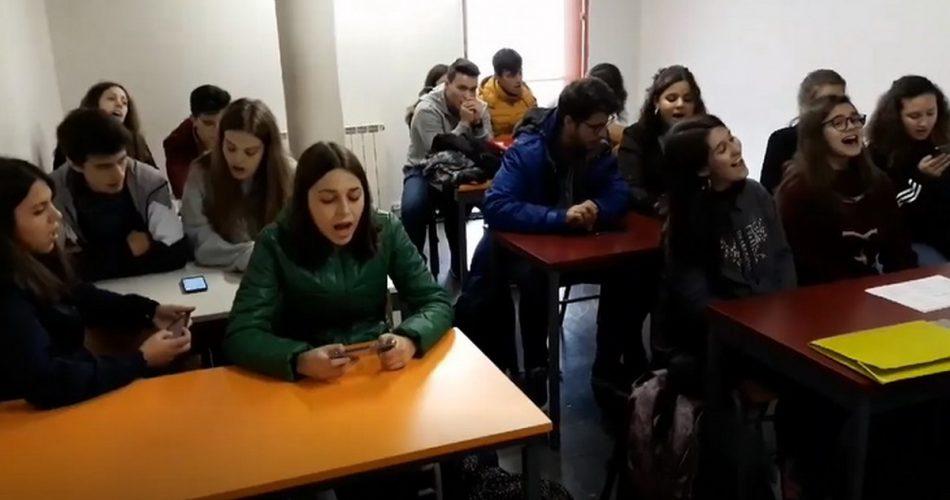 Це просто зрив мозку!! Ви маєте це побачити!!! Португальські діти співають українську пісню! Відео!