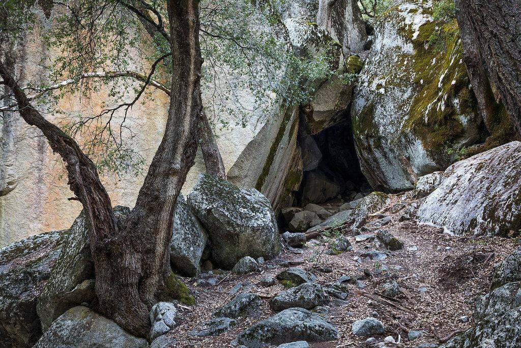 Люди сміялися над сім'єю, яка поселилася в печері. Але коли зайшли в гості, то не сміявся більше ніхто..