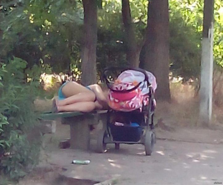 Парк, включила ліхтарик і побачила сплячу на лавці дівчину, а поруч дитячу коляску