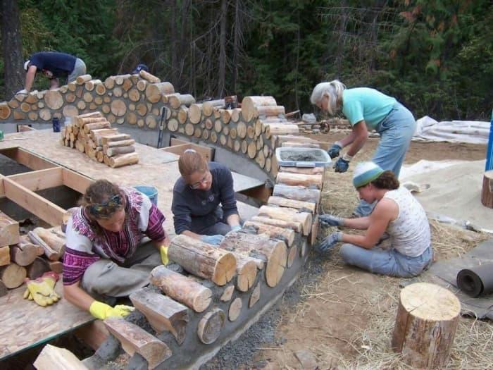 Вони зі звичайних дров побудували відмінний теплий будинок! Дивіться як насправді це було…