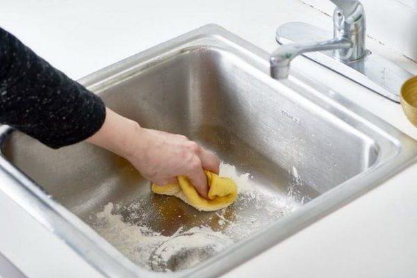 Ідея засипати мийку борошном виглядає безглуздою, але результат мене здивував. Тепер так постійно роблю