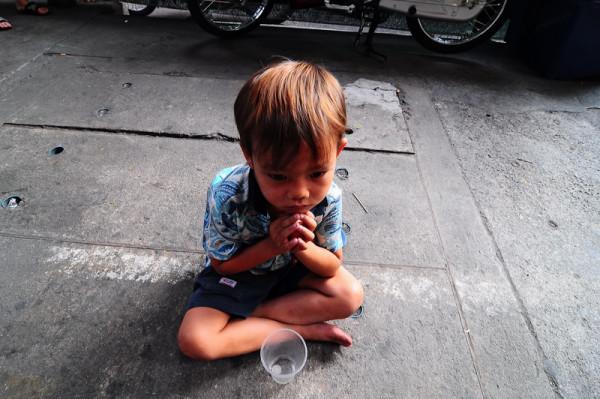 Працівники магазину відігріли та нагодували 12-річного хлопчика, а на наступний день він повернувся, щоб віддячити