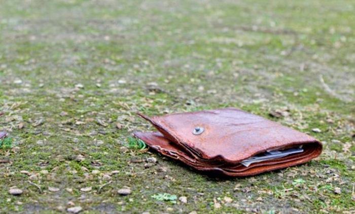 Хлопець знайшов пошарпаний гаманець. Він і гадки не мав, до чого це може призвести …