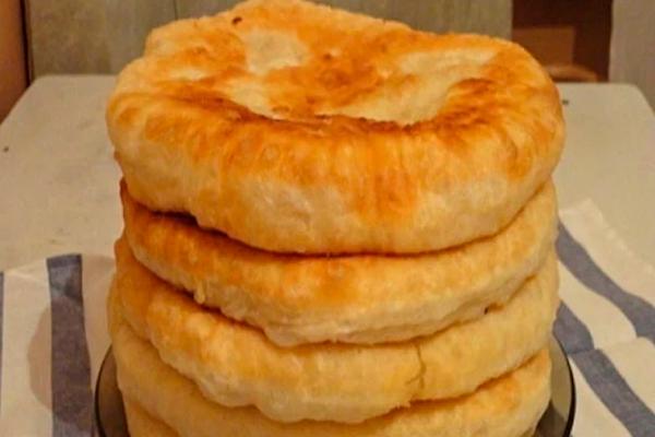 З цим рецептом ви назавжди забудете, що таке хліб! Пухнасті коржі на кефірі: смачно і швидко…