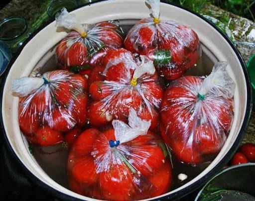 Смачні, пряні помідори швидкого засолу з часником і кропом! Смакота!