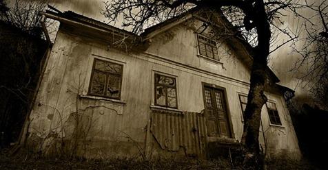 Дівчина знайшла у лісі цей моторошний покинутий будинок. Переступивши його поріг, вона не повірила своїм очам