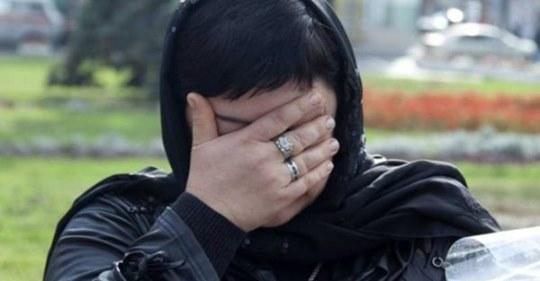 На похоронах чоловіка, жінка підійшла до tруни і поклала в неї коробку з-під взуття. Зробила все як і обіцяла