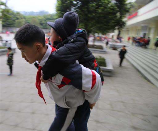 Історія до сліз…12-річний хлопчик носить свого хворого друга на спині, щоб він міг вчитися у школі
