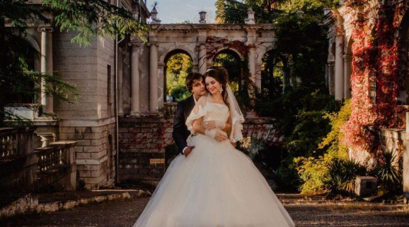 """– Весілля у нас через 3 місяці, шикарне весілля, до речі, запрошених тьма, – повідомила радісна донька матері. – І тобі краще схуднути до того часу на 20 кг, а якщо не вдасться, тоді краще і не приїжджати і не rаньбити мене і себе"""""""