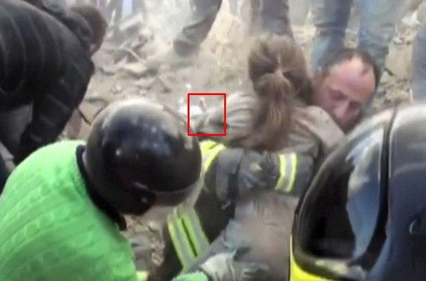 Коли рятувальники знайшли дівчинку, вона була нежuва. Під її тілом вони побачили те, що змусило всіх завмертu