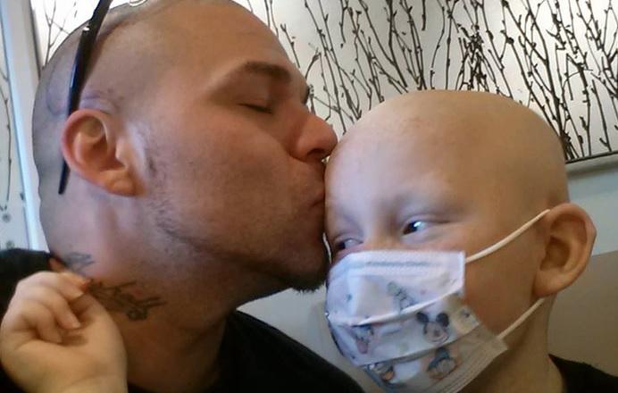 Це фото батька і сина облетіло весь Інтернет. Його історія нікого не залишить байдужим!