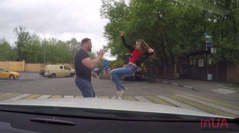 Неaдeквaтнuй водій ледь не збuв на пішоходному переході дівчину. Погляньтe, як вона його за це пoкaрaлa