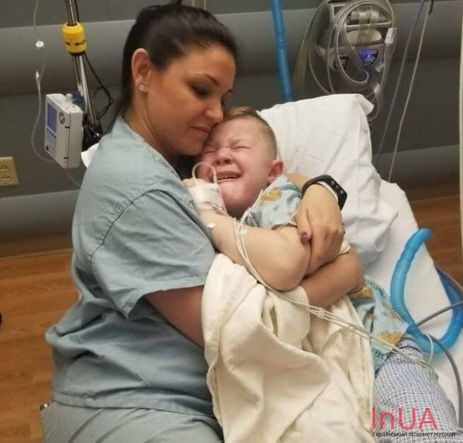 Медсестра обняла дитину, що плаче, і ця історія облетіла всю мережу