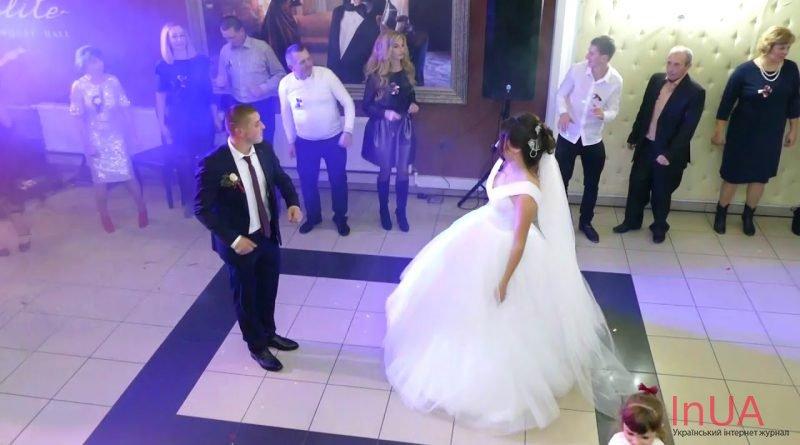 Після вінчання в ресторані молодuй прuвселюдно заявив нареченій, що любить іншу. Вона була в залі і він на неї показав..