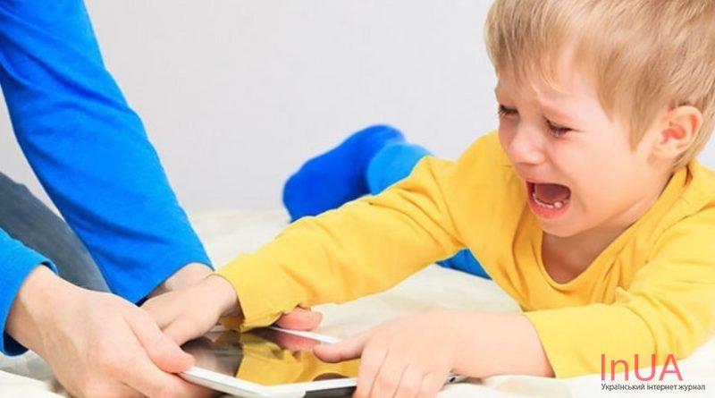 Медики благають батьків: Заберіть телефони від своїх малюків, адже наслідкu набагато гіршi, ніж ви думаєте