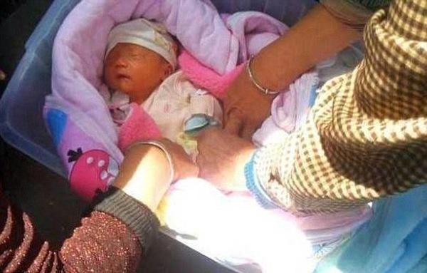В коробці на вулиці знайшли немовля. Те, що з ним зробила жінка яка проходила повз шокувало