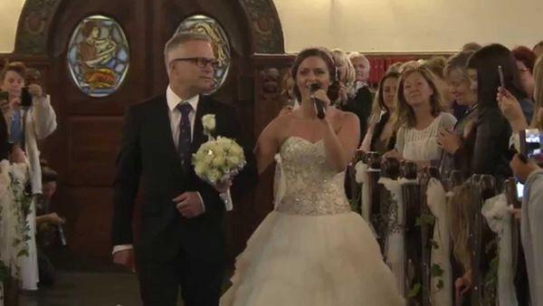Наречена зайшла в церкву, і гості втратили дар мови. Такого від нареченої на вінчанні ніхто не очікував!