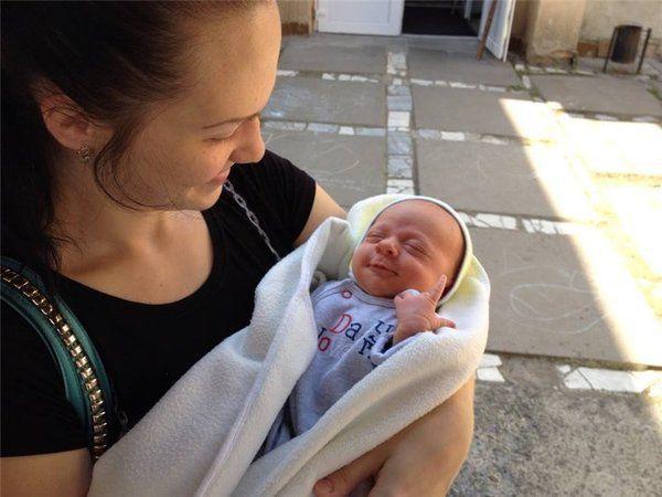 Ця жінка не прокинулася від криків немовляти. Причина виявилася дуже трагічною …