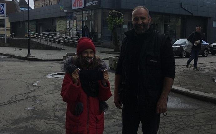 Цілими днями ця дівчинка стоїть у курточці і шматяних кедах під дощем біля АТБ.. У неї нема Тата, а Мама приїджає лише раз на рік..