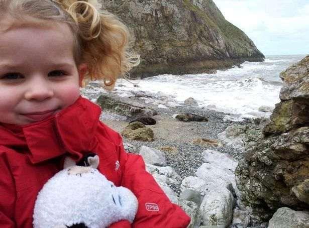 Дівчинка пішла з батьком на пляж і побачила справжню браму Облівіона. Цю прогулянку вона не забуде, адже знахідка була дійсно вражаючою
