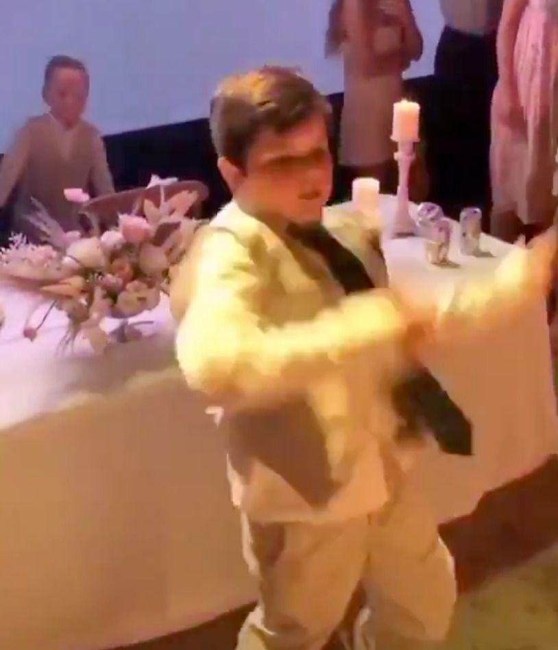 Молодший брат нареченої здивував запальним танцем всіх гостей на весіллі — з таким братом і тамада не потрібна